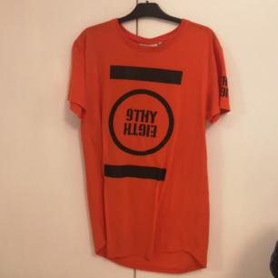 Orange tshirt som jag hade tänkt använda som klänning, men aldrig använt !