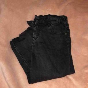 Svarta jeans från Lindex. Strl 152/ 11-12 years men passar nog xxs! Sitter tajt svarta men lite urtvättade, lågmidjade och snygga