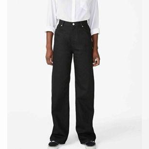 säljer dessa snygga och super bekväma jeans ifrån monki då jag känner att de inte används tillräckligt mycket. De är använda 5 ggr ungefär och är i ett toppen skick. frakten diskuteras