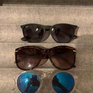 Solglasögon från lite olika märken, dom svarta från ray-ban kostar 55kr och dom andra två 35! 💗💗 frakt står för köparen! Skulle säga att dom svarta är i skick 8/10 och dom vita 5/10 och dom bruna 7/10, lite små repor!