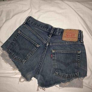 As feta Levis shorts! Säljer pgav att de är för små för mig...😰😰  Storleken är borta men skulle säga att de sitter som en 34!💕☺️ Superfint skick!