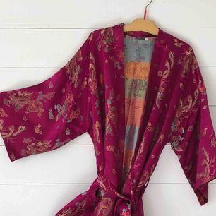 Otroligt fint ceriserosa kimono i ett lent glansigt material (står inte vad men ser ut som siden) med japanskt mönster med drakar. Skriv om bättre bilder önskas💕frakt: 63kr, möts annars gärna upp i stockholm