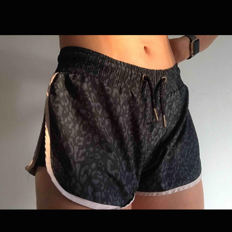 Snygga shorts att träna i. Svart och grå leopardmönster med en rosa kant. Supersnygga . Shorts.