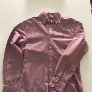 Oxfordskjorta från RL i slimfit. Skjortan är använd endast ett par gånger och är i nyskick. Hämtas i Malmö eller skickas mot frakt.