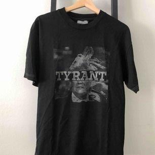 Black Fist 'TYRANT' tee i M. Använd en gång. Nypris ca 1200kr. GRATIS FRAKT