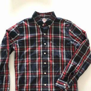 Rutig skjorta från Levis. Använd ett par gånger och är i nyskick. Hämtas i Malmö eller skickas mot frakt.