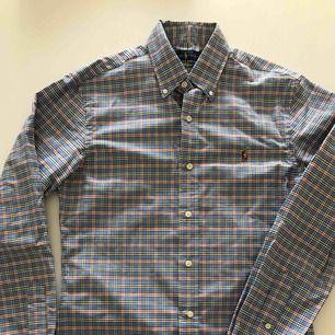 Rutig slimfit skjorta från RL. Använd ett fåtal gånger och är i nyskick. Hämtas i Malmö eller skickas mot frakt.