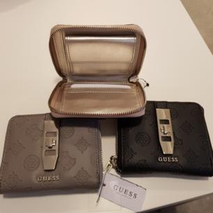 Har 2 st helt nya plånböcker, rosa och grå, prislapp hänger kvar,ny pris 500,säljer för halva priset st