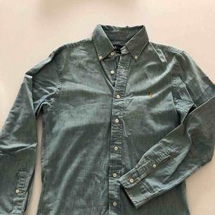 Tunn jeansskjorta från RL i slim fit. Använd endast ett par gånger och är i nyskick. Hämtas i Malmö eller skickas mot frakt.
