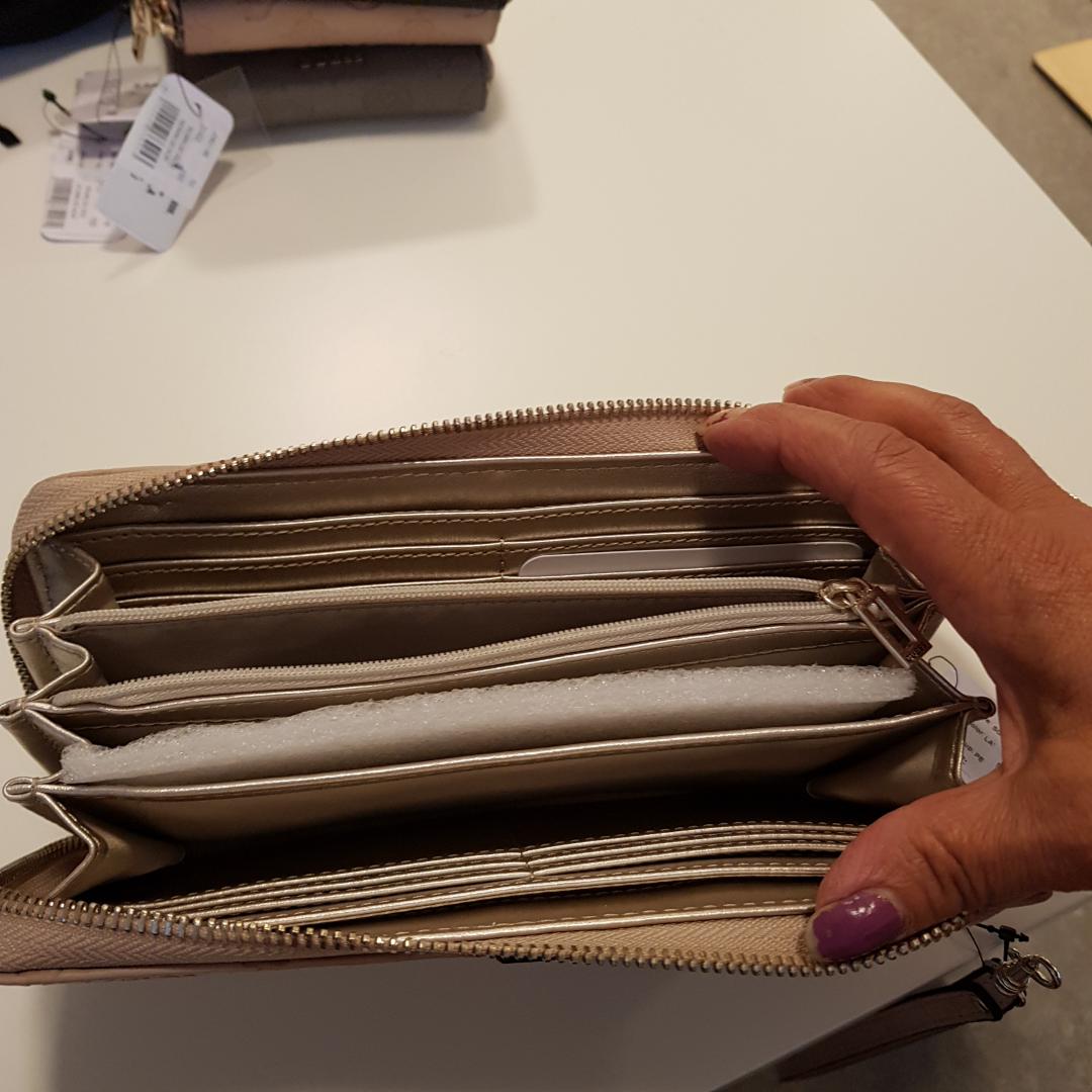 Helt ny plånbok prislapp sitter kvar 599kr, säljer för 350kr, Cream rosa färg . Väskor.