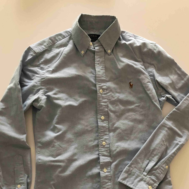 Ljusblå oxfordskjorta från RL i slim fit. Använd ett par gånger och är i nyskick. Hämtas i Malmö eller skickas mot frakt . Skjortor.