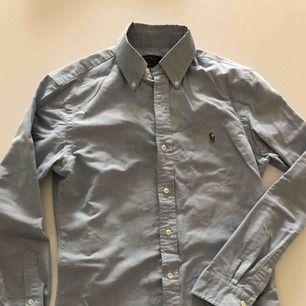 Ljusblå oxfordskjorta från RL i slim fit. Använd ett par gånger och är i nyskick. Hämtas i Malmö eller skickas mot frakt