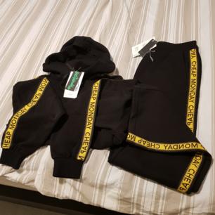 Helt ny dress storlek medium, svart med guld färg rand,ny pris 1000kr, säljes för halva priset