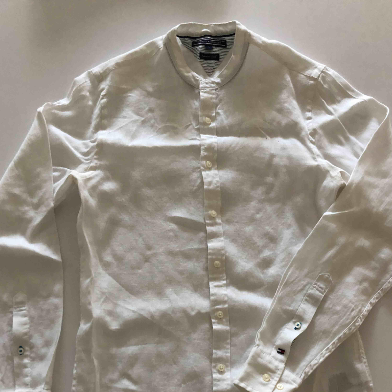 Linneskjorta utan krage från TH. Använd ett par gånger och är i nyskick. Hämtas i Malmö eller skickas mot frakt.. Skjortor.