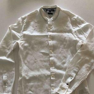 Linneskjorta utan krage från TH. Använd ett par gånger och är i nyskick. Hämtas i Malmö eller skickas mot frakt.
