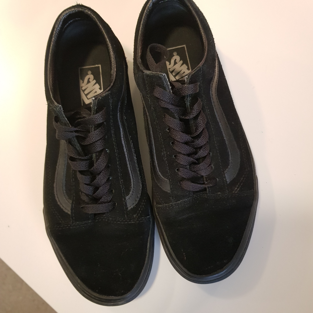 Helt nya Vans storlek 41 passar även 41,5 i svart färg . Skor.