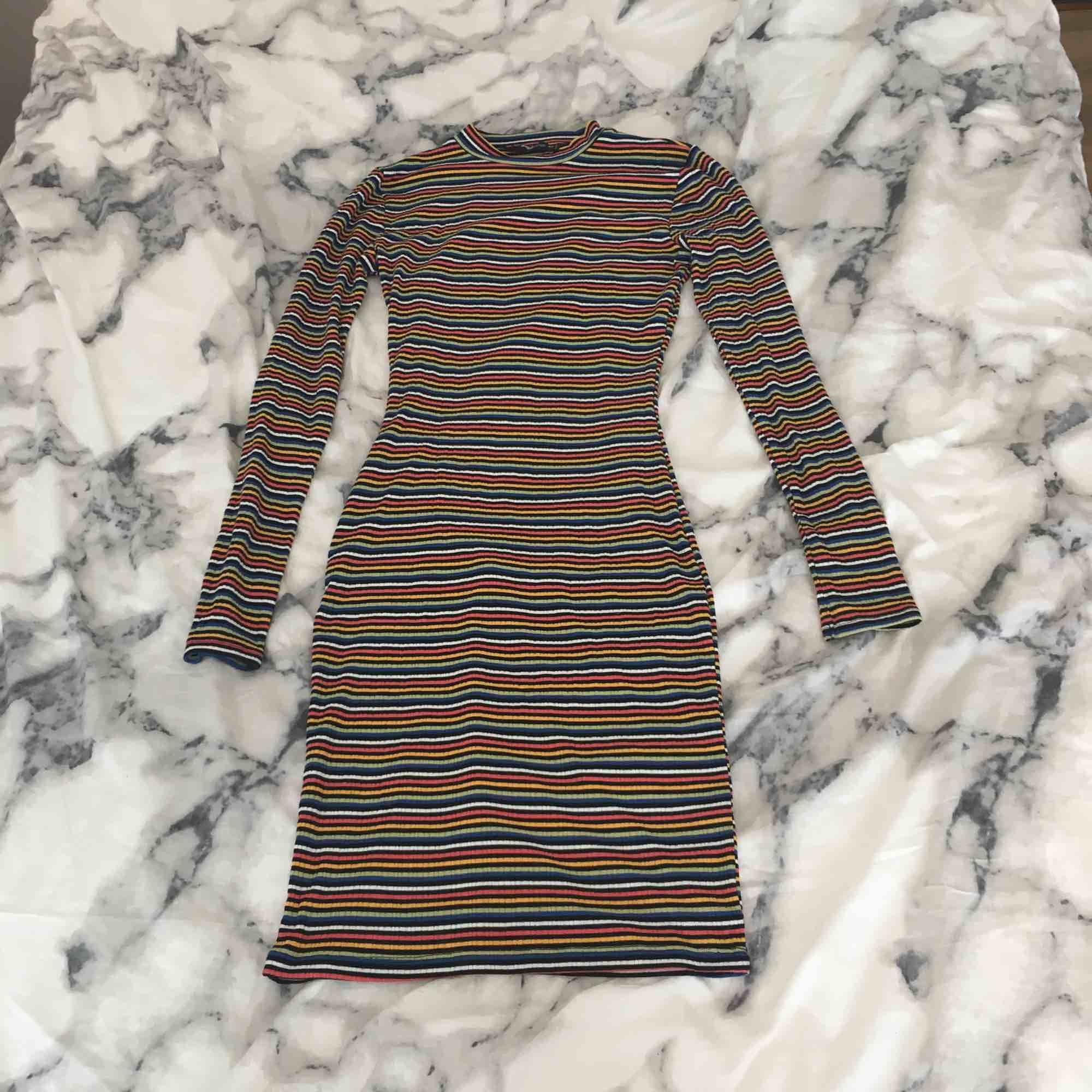 Jättesnygg och skön klänning med regnbågsfärger. Köpt på New Yorker. Det är en xs men är väldigt stretchig så passar nog M också. Säljer för att jag inte använder den så mycket och behöver pengar. Köparen får betala frakten:). Klänningar.