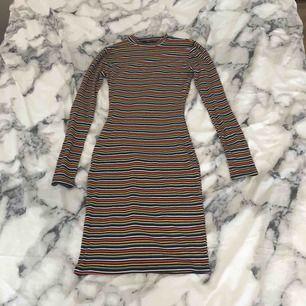 Jättesnygg och skön klänning med regnbågsfärger. Köpt på New Yorker. Det är en xs men är väldigt stretchig så passar nog M också. Säljer för att jag inte använder den så mycket och behöver pengar. Köparen får betala frakten:)