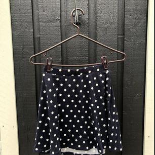 Jättefin kjol i trikå. Sparsamt använd och i gott skick. Passar S-M :) Postar mot frakt - kan samfrakta upp till 1 kg kläder spårbart för 63 kr 🌸