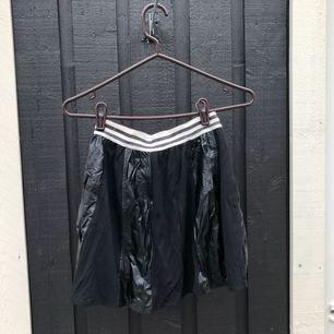 Häftig kjol! Använd en gång och i gott skick :) Postar mot frakt - kan samfrakta upp till 1 kg kläder för 63 spårbart 💫