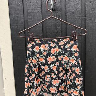 Jättefin kjol som är mycket sparsamt använd. Står storlek 40 men jag skulle säga att det snarare är en S/M :) Jag postar mot frakt och kan samfrakta upp till 1 kg kläder för 63 kr, spårbart.