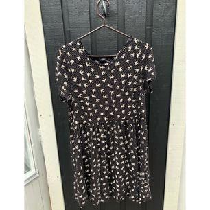 Jättesöt somrig klänning. Generous storlek L. Postar mot frakt :) Kan samfrakta upp till 1 kg kläder för 63 kr spårbart 💫