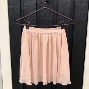 Jättesöt somrig kjol från Laredoute. Sparsamt använd och i fint skick. Postas mot frakt - kan samfrakta upp till 1 kg för 63 kr spårbart 🌸