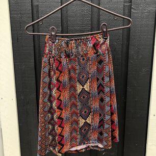 Fin kjol i halt tyg. Köpt i Barcelona. Står att det är storlek L men är definitivt en S/M :) Postas mot frakt - upp till 1 kg kläder kan samfraktas för 63 kr spårbart ⭐️