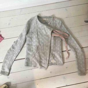 Ljusgrå/vit Odd Molly -kofta med rosa band och fint mönster. Storlek 0 som motsvarar XS ungefär. Jäättefint skick, använd men ser verkligen ut som ny. Nypris ca 1500