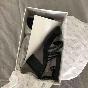 Helt nya klackskor i storlek 37. Jätte snygga i sandal stil. Fortfarande i kartongen och jag har inte använt dem.
