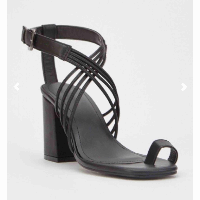 Helt nya klackskor i storlek 37. Jätte snygga i sandal stil. Fortfarande i kartongen och jag har inte använt dem.. Skor.