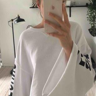 sweatshirt från weekday, knappast använd! frakt tillkommer om man inte kan hämta upp i Malmö.