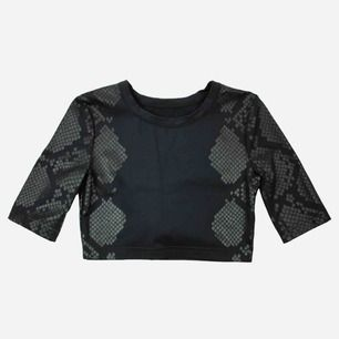 Vintage 90s snake skin patterned crop top in black size S SIZE No label. Fits best S Model: 171/S Measurements: Front: 34 cm pit to pit: 40 cm Free shipping