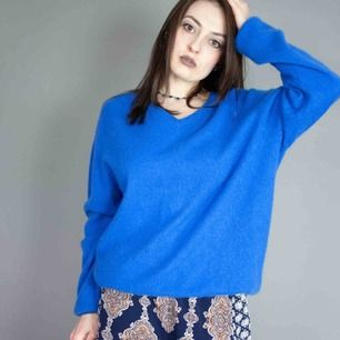 Unisex cashmere sweater in bright blue size XL SIZE Label: XL, fits best L-XL, but can be worn as oversized S-M Model: 163/XS-S Measurements: Length: 70 cm pit to pit: 57 cm Free shipping