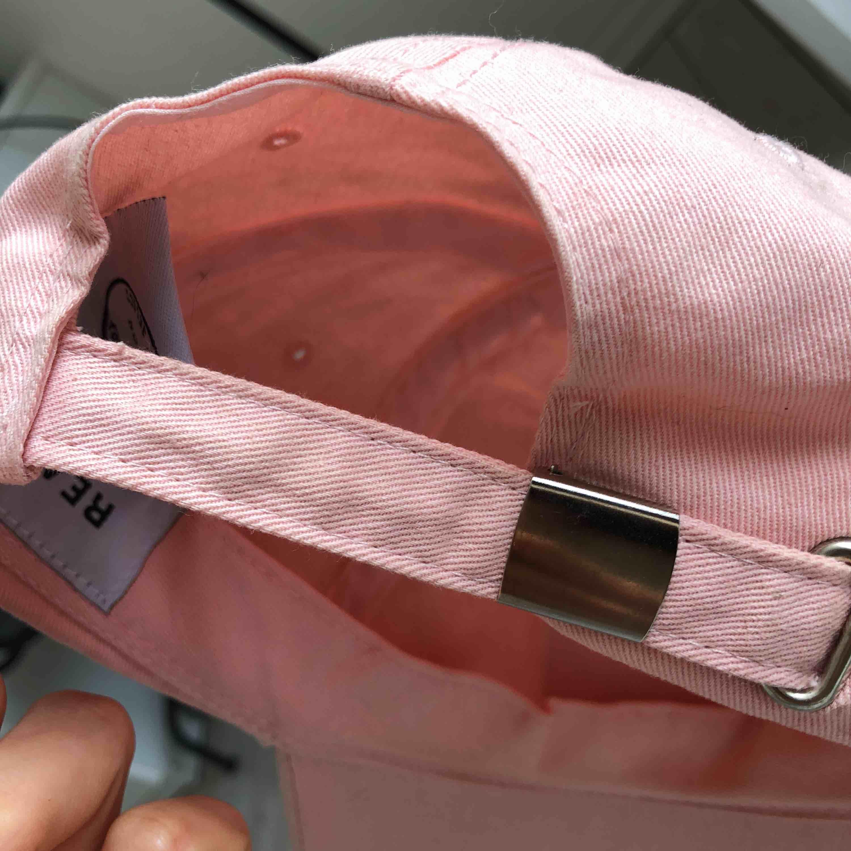 babyrosa keps från urban outfitters som aldrig använts, bara testad.  frakt tillkommer om du inte kan hämta i malmö. tar swish. Accessoarer.