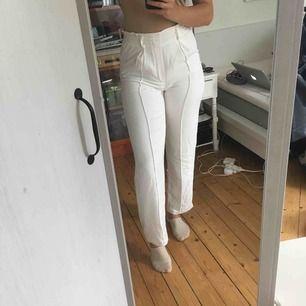 Säljer dessa vita byxor från Bik Bok! Väldigt klassisk modell, passar till allt! I princip oanvända💫