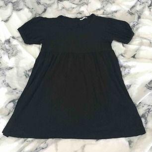 Kort söt svart klänning från vila. Storlek L men passar på M och S. Nästan oanvänd. Köparen får betala frakten:)
