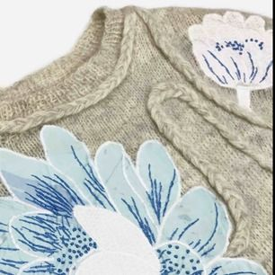 Vintage ca 90s sweater with floral application in grey size XS-S SIZE No label, fits best XS-S Model: 163/XS Measurements: length: 58 cm pit to pit: 49 cm Free shipping