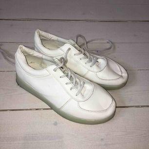 Vita sneakers från okänt märke i fejkskinn. Några år gamla men använda extremt lite så i princip som nya. Står ej storlek men passar 38.