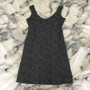 Jättesnygg grå tight kort klänning från Gina Tricot. Väldigt snygg klänning att ha på t.ex. fest. Storleken är S men passar nog bra på XS eller M. Köparen betalar för frakten:)