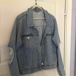 Säljer en väldigt snygg jeans jacka från NAKD i storlek 38. Använd fåtal gånger. Hål vid armbågarna (det ska vara så).  Mitt pris 250 kr + 59 kr frakt