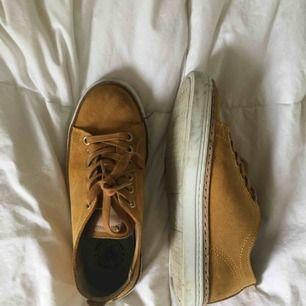 Säljer mina skor från sneaky Steve då jag inte riktigt har fått användning för de! Färgen är senapsgul och de är såå fina! Ser lite slitna ut på bilderna men det är bara smuts som lätt kan tas bort 💫