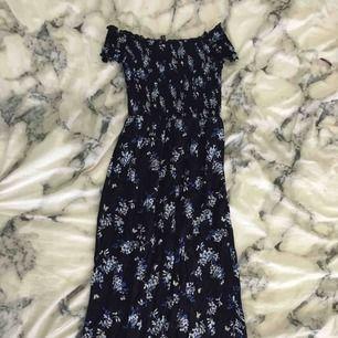 Jättefin lång marinblå blommig klänning. En av mina favoritklänningar men måste tyvärr sälja den för behöver pengar. Har bara använt den två gånger. Storleken är 34 men den är väldigt stretchig så passar både på XS, S och M. Köparen får betala frakten:)
