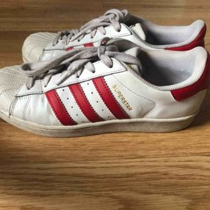 Fina Adidas Superstars i rött, fint skick! Storlek 39 1/3.