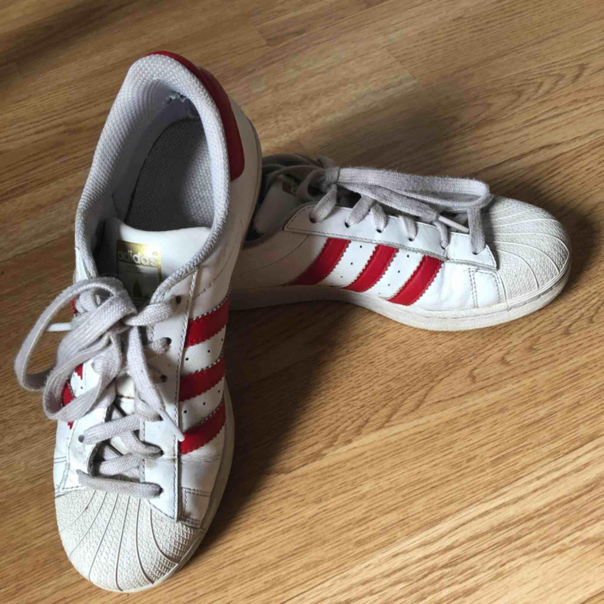 Fina Adidas Superstars i rött, fint skick! Storlek 39 1/3. . Skor.