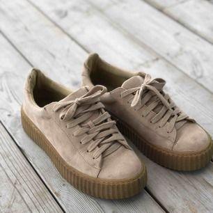 Snygga skor i beige färg. Storlek 39. Använda men fortfarande fint skick. Kan skickas, köparen står för frakten. Hämtas i Onsala.