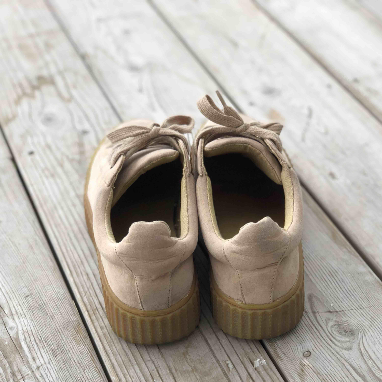 Snygga skor i beige färg. Storlek 39. Använda men fortfarande fint skick. Kan skickas, köparen står för frakten. Hämtas i Onsala.. Skor.
