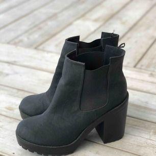 Snygga boots med klack i storlek 40. Knappt använda, fint skick. Kan skickas, köparen står för frakten. Hämtas i Onsala.