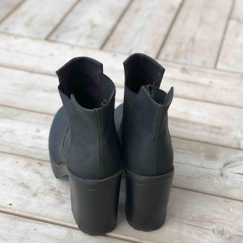 Snygga boots med klack i storlek 40. Knappt använda, fint skick. Kan skickas, köparen står för frakten. Hämtas i Onsala.. Skor.
