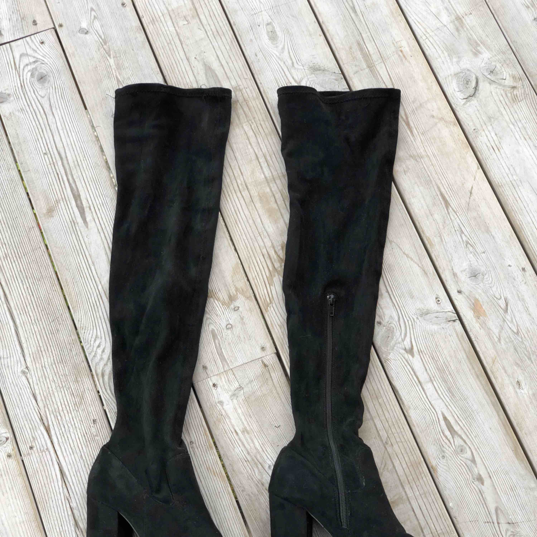 Svarta overknee boots i storlek 40. Knappt använda men tyvärr har det blivit två små hål (se bilder) i övrigt är dom i väldigt fint skick. Kan skickas, köparen står för frakten. Hämtas i Onsala.. Skor.